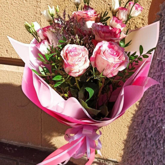 Букет нежно-розовой розы и эустомы