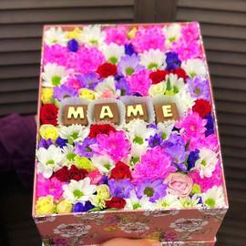 Коробка с цветами и шоколадными буквами