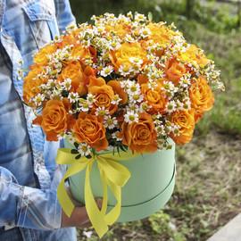 Коробка из 25 роз «Розы с ромашкой»
