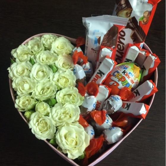 Сердце из роз и сладостей