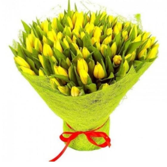 букет и желтых тюльпанов