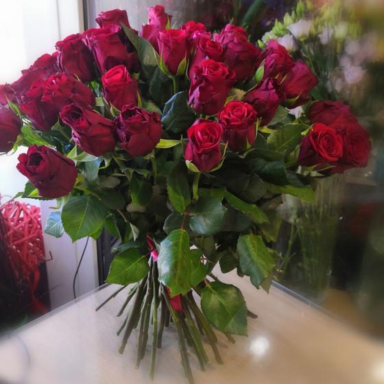 букет из  бордовой розы
