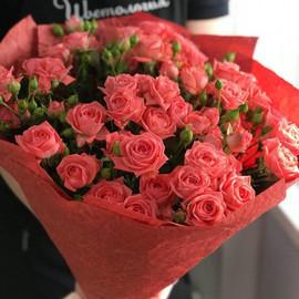 Букет из кустовых роз кораллового цвета